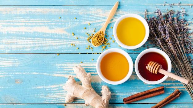 Plat lag mix van honing in kleine kommen met kopie ruimte