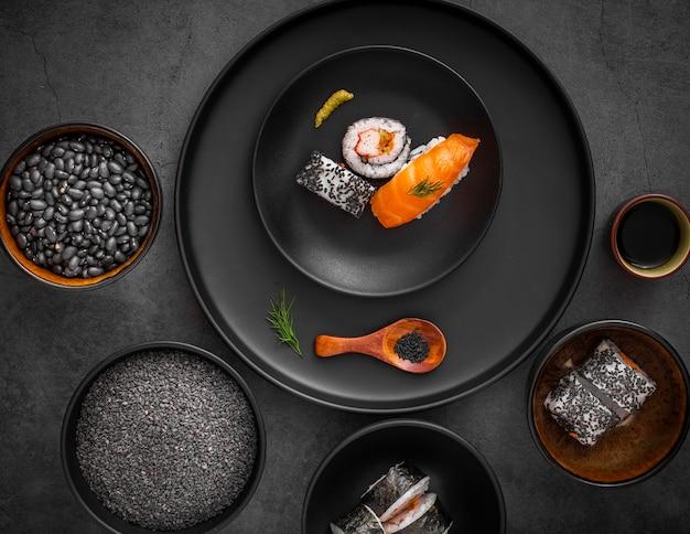 Plat lag mix van sushi op zwarte plaat