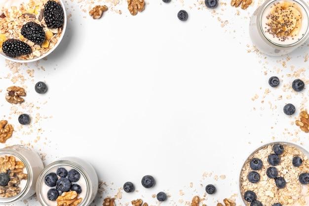 Plat lag mix van yoghurt en fruit met haver en kopie-ruimte