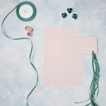 Plat lag mooie bruiloft arrangement met uitnodiging mock-up