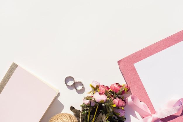 Plat lag mooie bruiloft arrangement op witte achtergrond