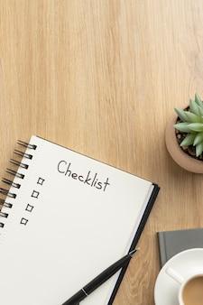 Plat lag notebook met takenlijst op bureau