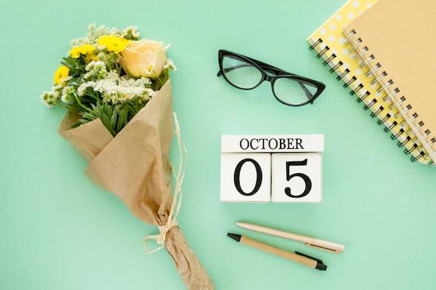 Plat lag notebooks en bloemen