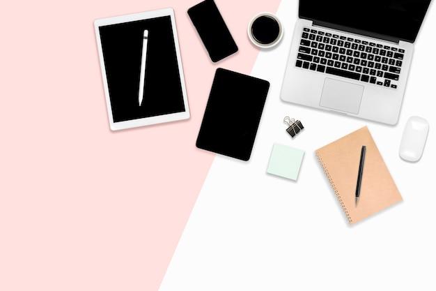 Plat lag office tafel met digitale apparaten