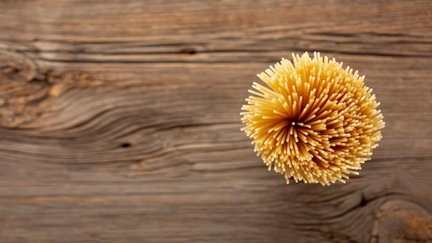 Plat lag ongekookte spaghetti met kopie ruimte