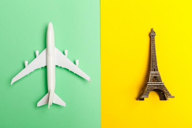 Plat lag ontwerp van reizen concept met vliegtuig