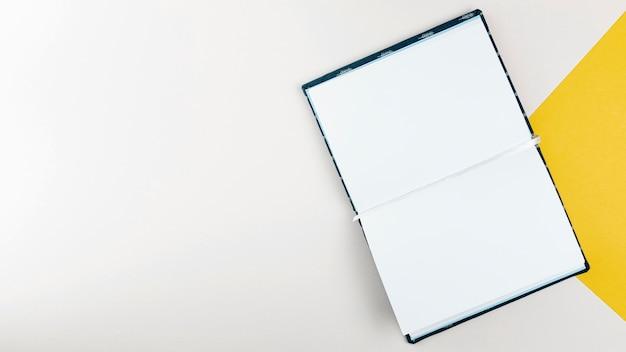 Plat lag open boek met witte achtergrond