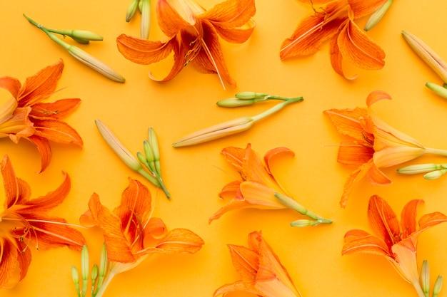 Plat lag oranje lelies arrangement