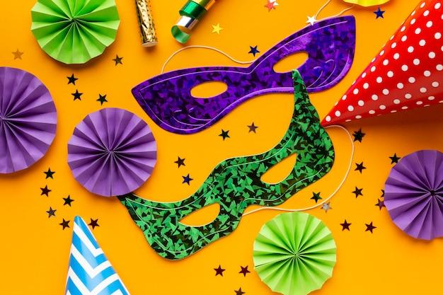 Plat lag paarse en groene maskers