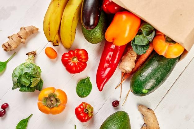 Plat lag papieren boodschappentas met assortiment van verse groenten