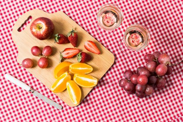 Plat lag picknick met fruit en glazen wijn