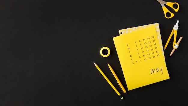 Plat lag planner kalender kopie ruimte donkere achtergrond