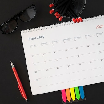 Plat lag planner kalender mok gevuld met potloden