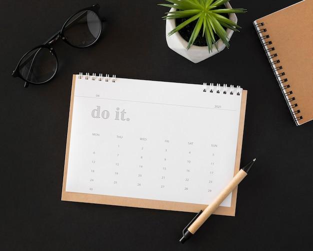 Plat lag planner kalender op donkere achtergrond