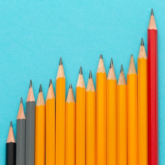 Plat lag potloden op blauwe achtergrond