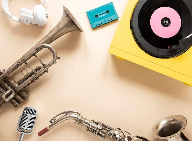 Plat lag radio-elementen arrangement