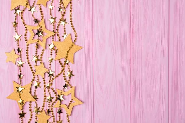 Plat lag rand van grote en kleine sterren van confetti. gouden kralen in de vorm van sterren.