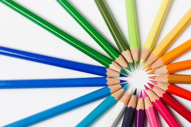Plat lag regenboog geslepen potloden