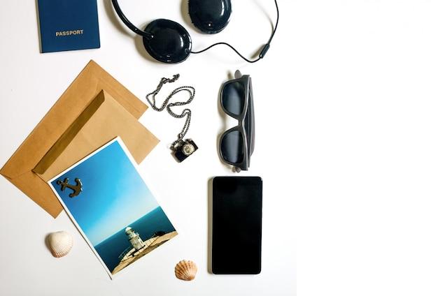 Plat lag reiziger spullen op witte achtergrond met lege copyspace