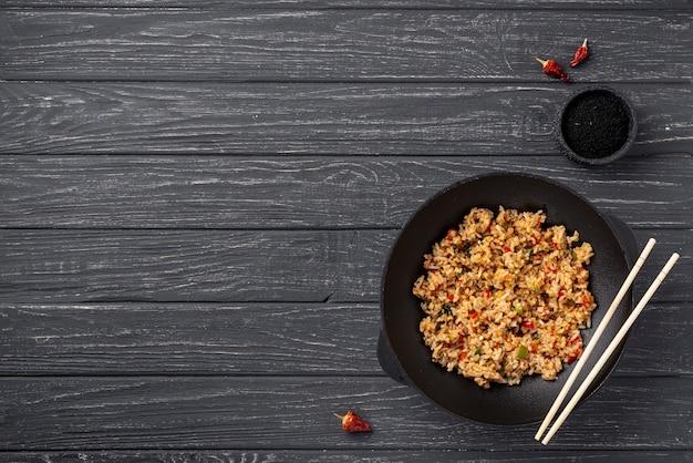 Plat lag rijst en groenten op plaat met kopie ruimte