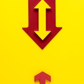 Plat lag rode en gele pijlen op gele achtergrond