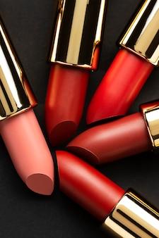 Plat lag rode lippenstift arrangement