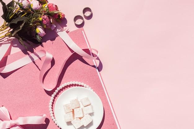 Plat lag roze bruiloft arrangement met kopie ruimte