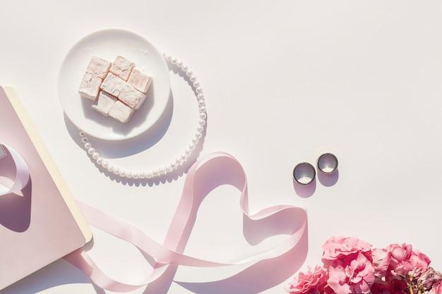 Plat lag roze en witte bruiloft arrangement met kopie ruimte