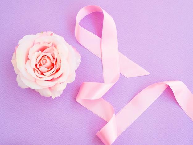 Plat lag roze lint met roos