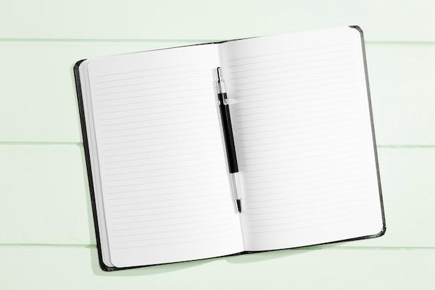 Plat lag ruimte notitieblok met pen