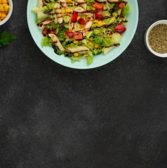 Plat lag salade met kip en balsamico azijn met kopie-ruimte