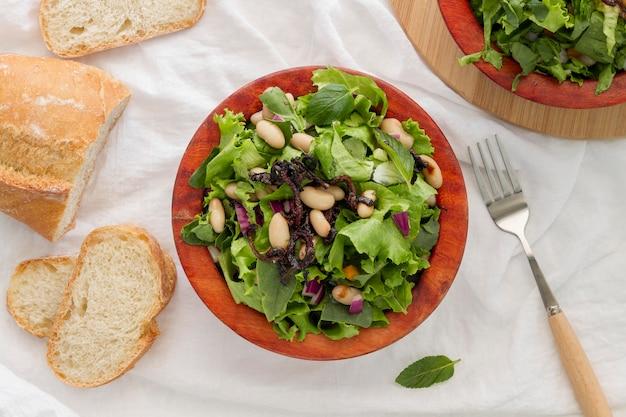 Plat lag salade met witte bonen op brood