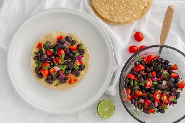 Plat lag salade met zwarte bonen op tortilla