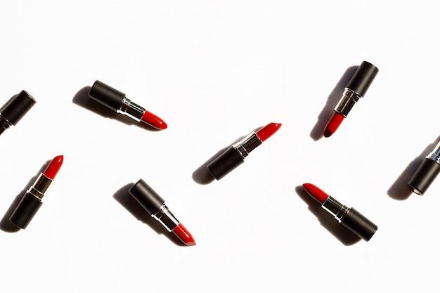 Plat lag samenstelling, lippenstiften op wit met schaduw. mooi make-up concept