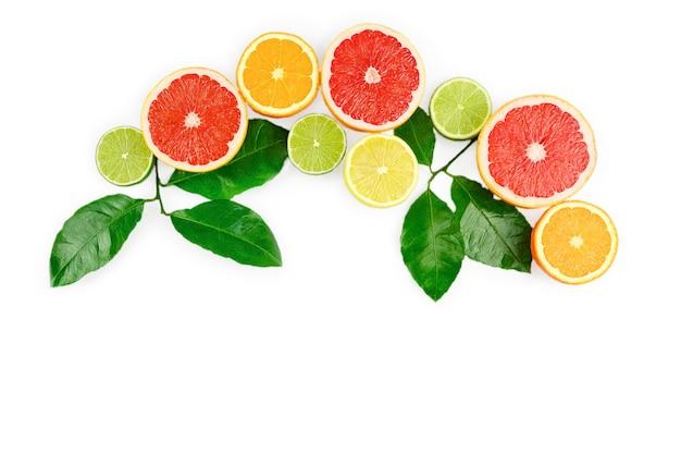 Plat lag samenstelling met citrusvruchten, bladeren en bloemen op witte achtergrond, kopie ruimte.