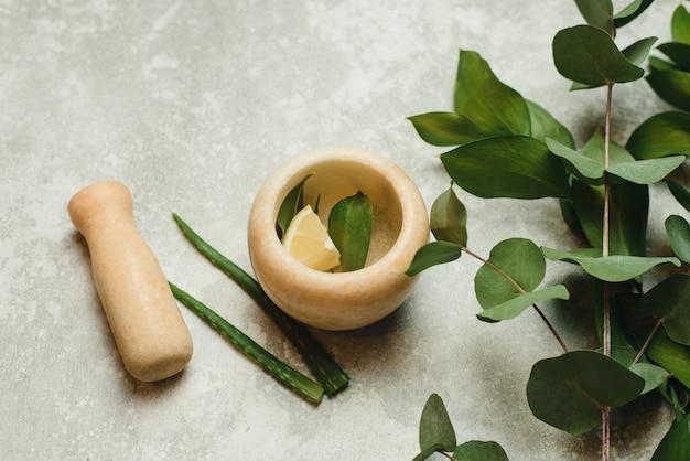 Plat lag samenstelling met cosmetische producten. natuurlijke organische plantkunde, alternatieve kruidengeneeskunde, natuurlijke huidverzorgingsproducten. het creëren van natuurlijke cosmetica in een mortier van
