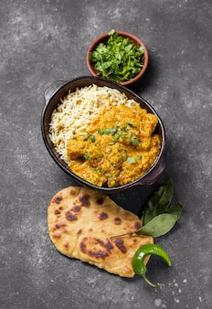 Plat lag samenstelling met een heerlijke pakistaanse maaltijd