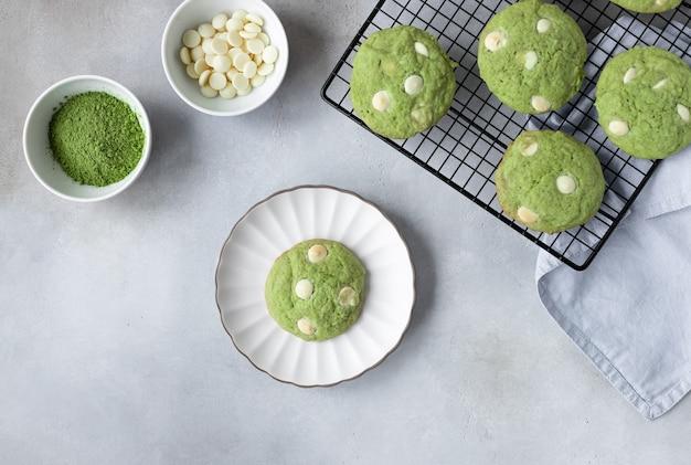 Plat lag samenstelling met groene thee matcha cookies op koelrek