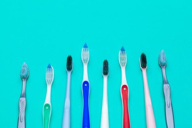 Plat lag samenstelling met handtandenborstels op kleurenachtergrond