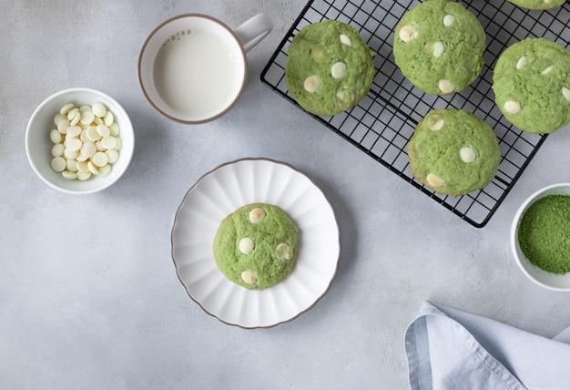 Plat lag samenstelling met matcha cookies van groene thee