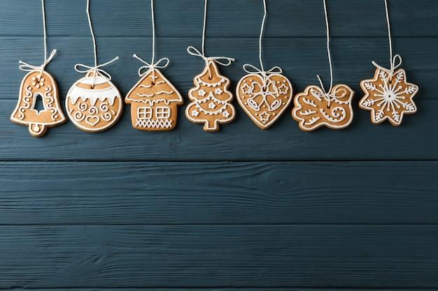 Plat lag samenstelling met smakelijke zelfgemaakte kerstkoekjes op blauwe houten, ruimte voor tekst. bovenaanzicht