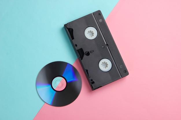 Plat lag samenstelling van cd-schijf, audiocassette op roze blauw.