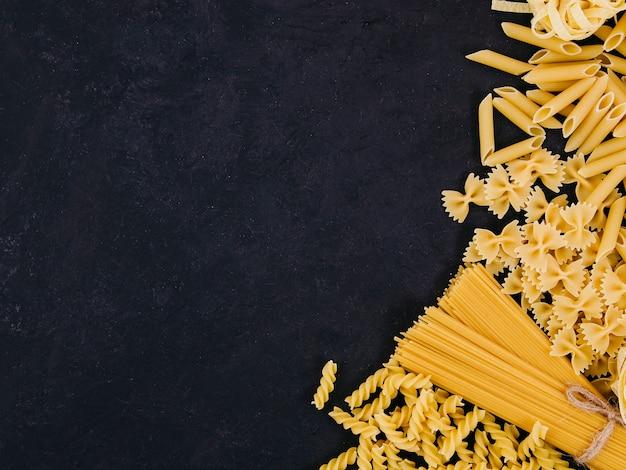 Plat lag samenstelling van pasta met copyspace