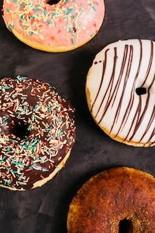 Plat lag samenstelling van smakelijke donuts