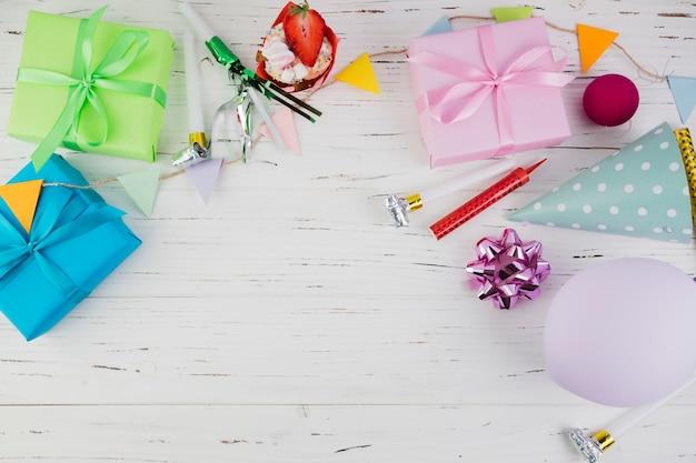 Plat lag samenstelling van verjaardagselementen met copyspace