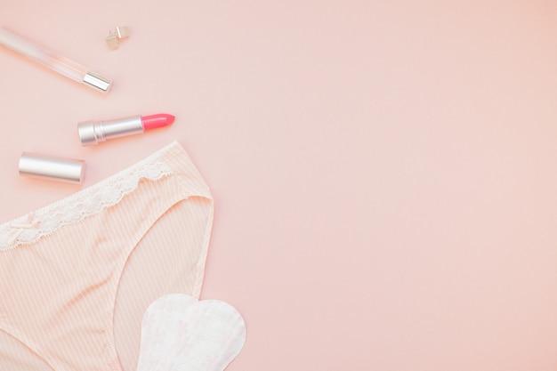 Plat lag set van vrouwelijke slipje en accessoires