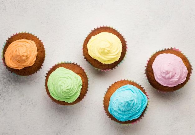 Plat lag smakelijke muffin met blauw glazuur