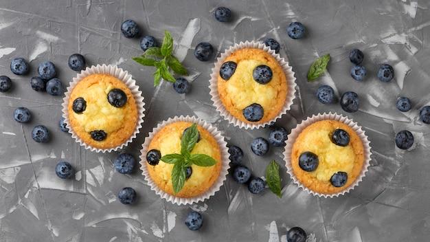 Plat lag smakelijke muffin met bosbessen