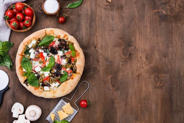 Plat lag smakelijke pizza met groenten