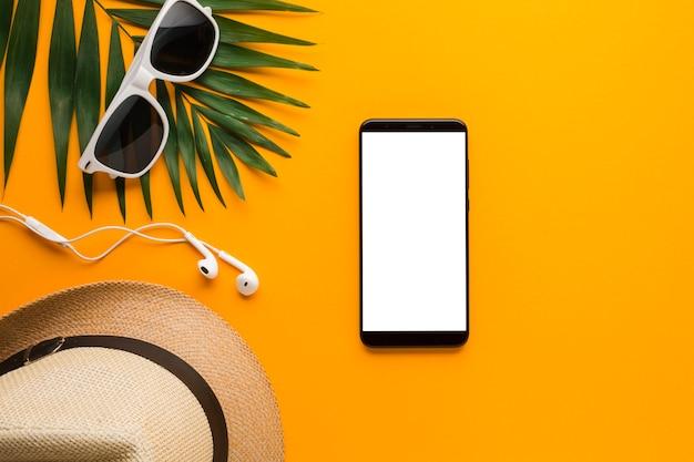 Plat lag smartphone met zomervakantie concept